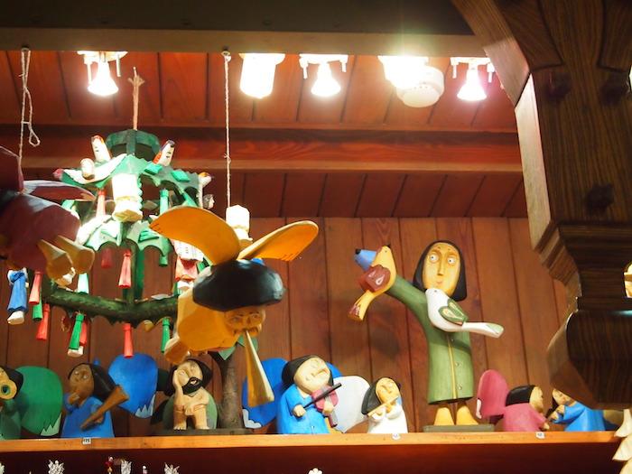 こんな木彫りの人形やら