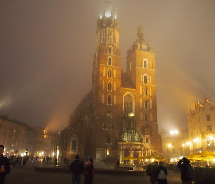 霧のおかげで教会もソフトフォーカスに