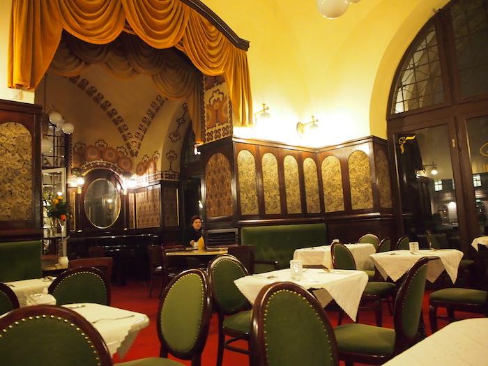 織物会館の中のクラシックなカフェ